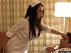 Японская дамочка на кровати мужику помогла игрушкой