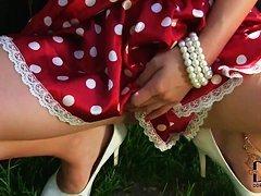 свежая девчушка демонстрирует задницу