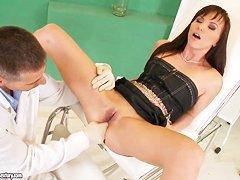Две азартные медсестрички раскрутили доктора на секс