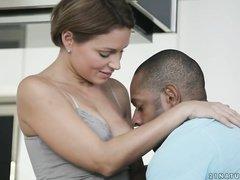 Взрослая дама увидела молодого пачкуна и растерялась
